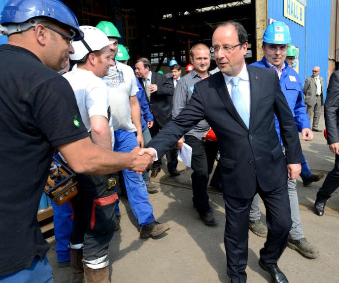 François Hollande à la rencontre d'employés de la chaudronnerie CMP de Dunkerque, le 23 juillet 2013.