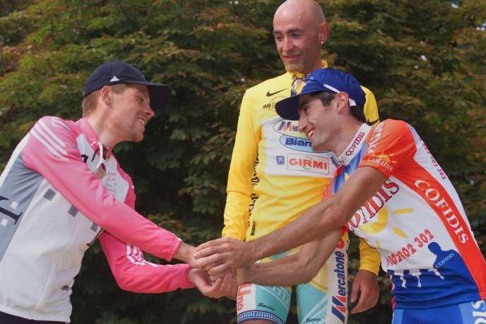 Le podium du Tour 1998, à Paris : Jan Ullrich (2e), Marco Pantani (1er) et Bobby Julich (3e).
