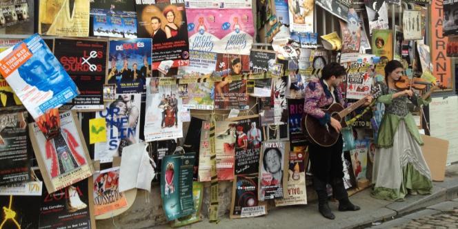 Rue des Teinturiers à Avignon et ses affiches pour le