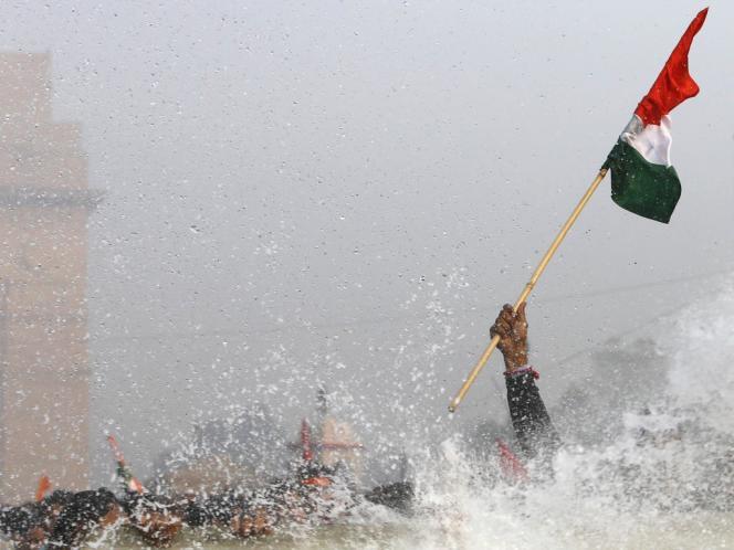 Un manifestant visé par un canon à eau, dans la cadre d'un rassemblement ayant suivi l'affaire du viol, le 23 décembre à New Delhi.