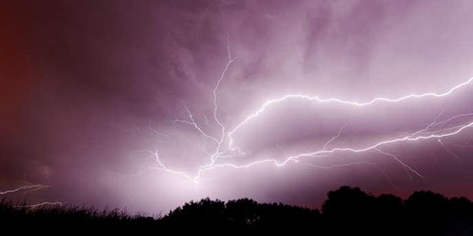 Treize départements du Sud-Ouest et huit du centre de la France ont été placés en alerte orange mardi 6 aout pour des risques orageux dans la journée et la soirée.