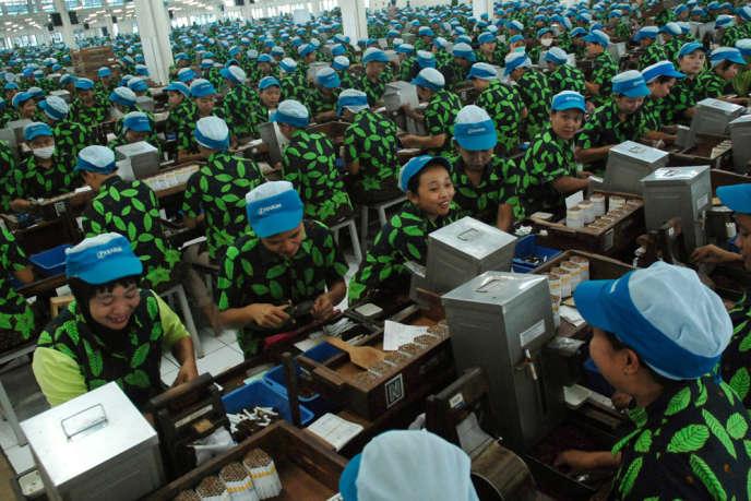 Fabrique de cigarettes à Kudus en Indonésie. Il faut remonter à l'année 2009 pour trouver une croissance aussi faible dans ce pays, le quatrième le plus peuplé de la planète, avec près de 250 millions d'habitants et une classe moyenne en pleine expansion.