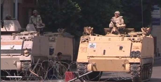 Des transports de troupes stationnés au Caire, vendredi 26 juillet.