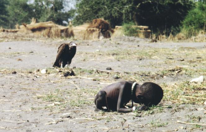 En mars 1993, le village d'Ayod (Soudan) est dévasté par la famine.