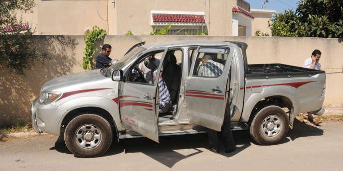 La voiture de Mohamed Brahmi, dans laquelle il a été tué par balle à Tunis, le 25 juillet.