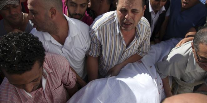 Après l'exécution devant sa maison à Tunis de l'opposant Mohamed Brahmi, le 25 juillet, son corps est porté dans une ambulance.