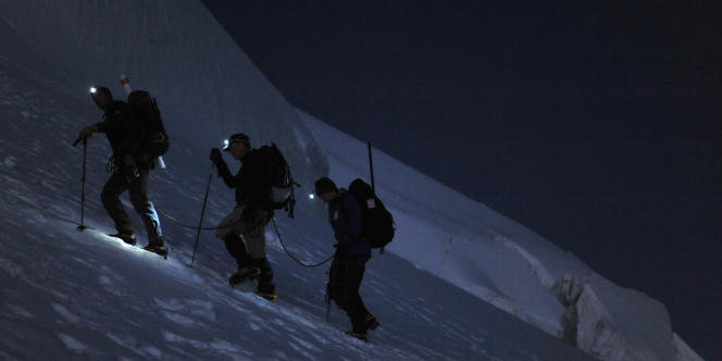 Sur les coups de 3 heures du matin, les marcheurs se mettent en route dans les pentes du mont Blanc.