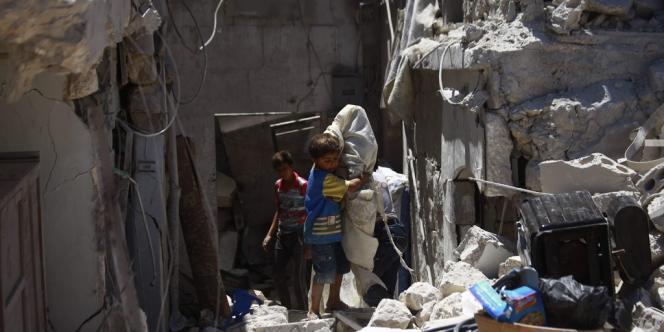 Les opérations se poursuivent pour chercher d'autres victimes sous les décombres.