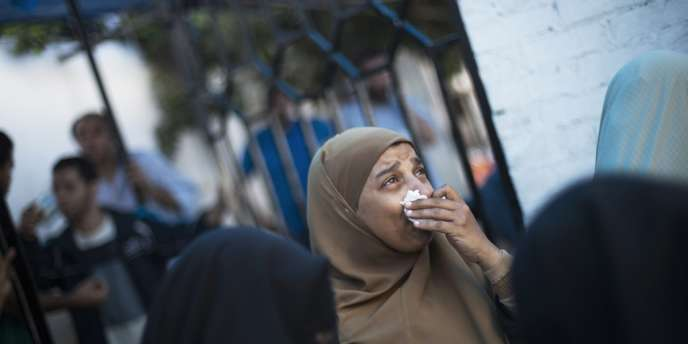 Les partisans du président déchu Mohamed Morsi pleurent leurs morts, dans le camp Rabiya Al-Adawiya, samedi 27 juillet.
