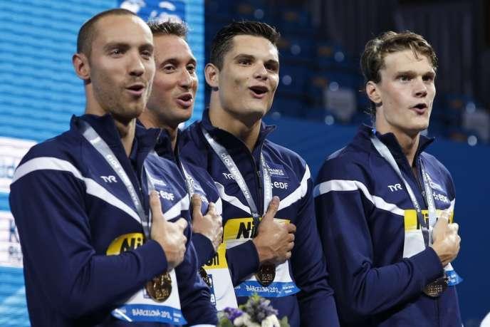 Jérémy Stravius, Fabien Gilot, Florent Manaudou et Yannick Agnel, le 28 juillet sur la première marche du podium du 4 × 100 m nage libre des Mondiaux de Barcelone.