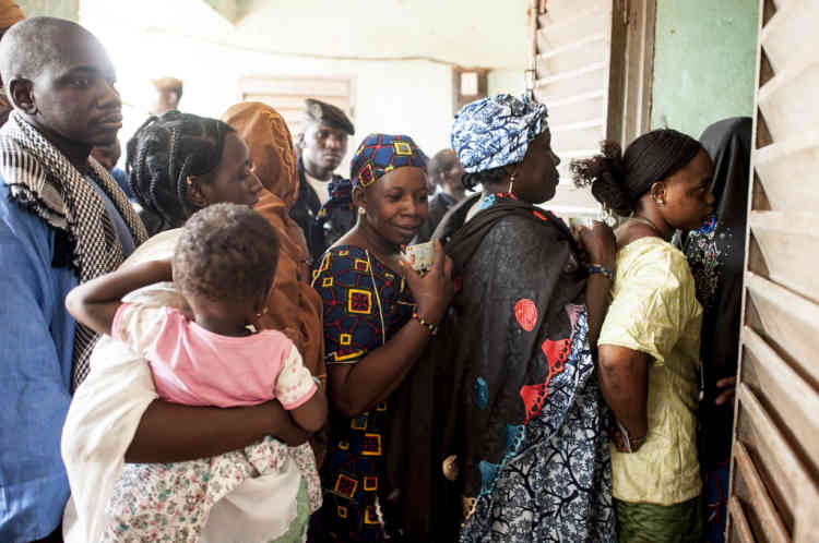 28/07/2013. Sevare. Mali. Jour des Žlections prŽsidentielles maliennes. Des citoyens se pressent ˆ l'entrŽe d'un centre de vote. Beaucoup d'Žlecteurs apprennent qu'ils sont inscrits dans un autre bureau de vote et doivent repartir ˆ sa recherche. ©Sylvain Cherkaoui pour Le Monde. ©Sylvain Cherkaoui pour Le Monde