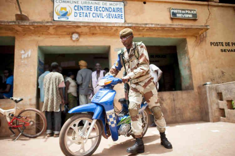 28/07/2013. Sevare. Mali. Jour des Žlections prŽsidentielles maliennes.  Un militaire monte la garde ˆ l'entrŽe d'un bureau de vote. ©Sylvain Cherkaoui pour Le Monde