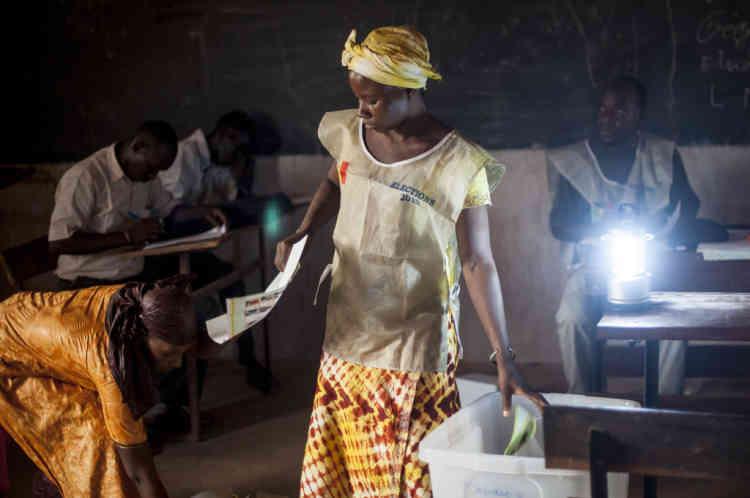 28/07/2013. Sevare. Mali. Jour des Žlections prŽsidentielles maliennes. Une femme assesseur jette un bulletin de vote validŽ dans l'urne après son comptage pendant le depouillement. ©Sylvain Cherkaoui pour Le Monde