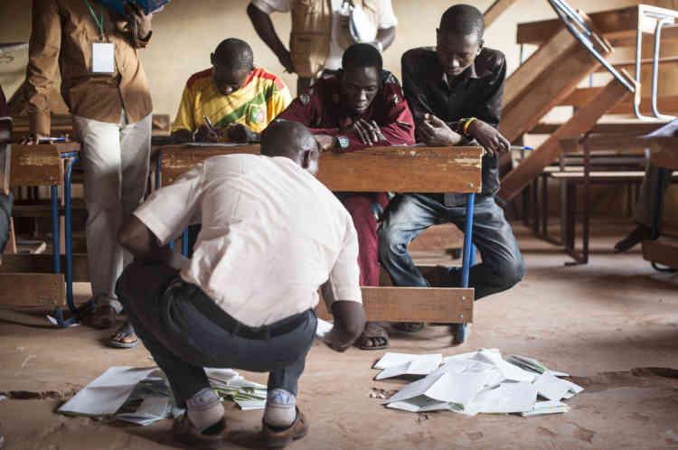 28/07/2013. Sevare. Mali. Jour des Žlections prŽsidentielles maliennes. Les bulletins de vote sont compter ˆ même le sol sous l'oeil des observateurs. ©Sylvain Cherkaoui pour Le Monde