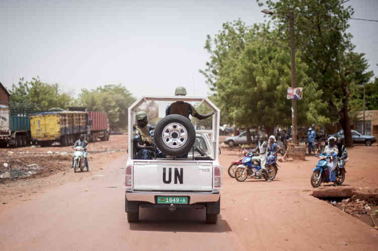 28/07/2013. Sevare. Mali. Jour des Žlections prŽsidentielles maliennes. Des ŽlŽments militaires de la MINUSMA patrouillent dans les rues de Sevare. ©Sylvain Cherkaoui pour Le Monde