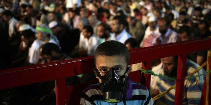 Masque à gaz lors d'une manifestation de partisans du président déchu Mohammed Morsi, le 28 juillet au Caire.