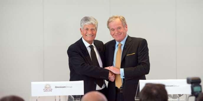 Maurice Levy, le président du directoire de Publicis (à gauche) et John Wren, le PDG de l'américain Omnicom, le 28 juillet, à Paris, lors de l'annonce de l'alliance des deux groupes.