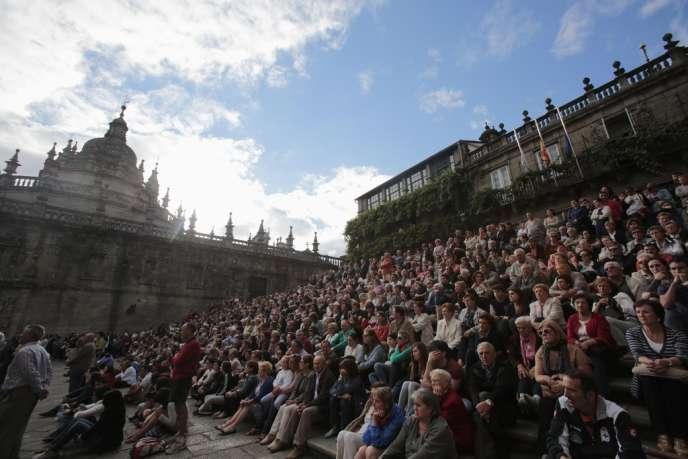 Sur le parvis de la cathédrale de Saint-Jacques-de-Compostelle, le 29 juillet, la foule regarde sur un écran géant les funérailles des victimes du déraillement de train.
