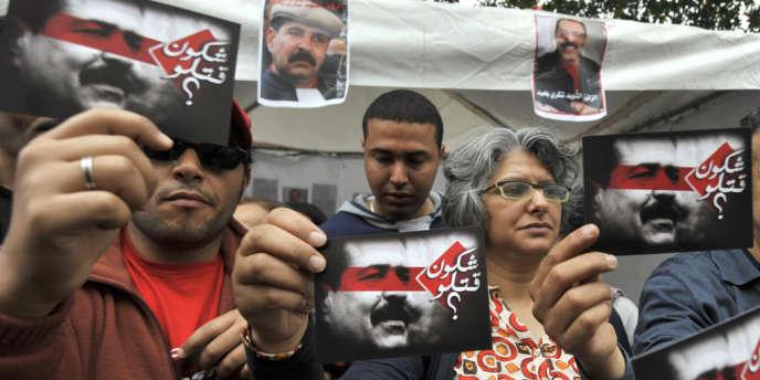 Besma Khalfaoui Belaïd montre le portrait de son mari assassiné, Chokri Belaid, lors d'un rassemblement à Tunis, en mai 2013.
