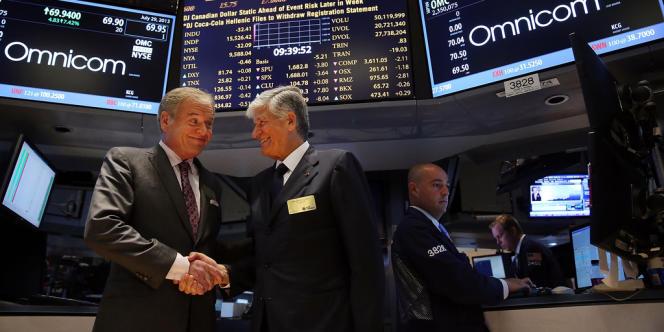 Maurice Levy (à dr.), président du directoire de Publicis, et  John Wren, chef de la direction d'Omnicom, dans les locaux de la Bourse à New York, après l'annonce de la fusion des deux groupes, le 29 juillet.