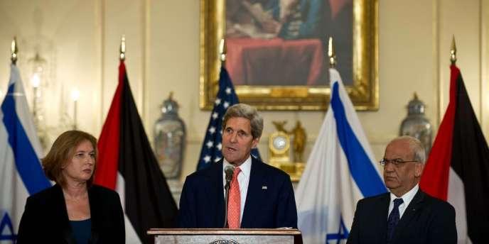 Le chef de la diplomatie américaine aux côtés de la ministre de la justice israélienne, Tzipi Livni, et du négociateur en chef palestinien, Saëb Erakat, le 30juillet 2013 à Washington.