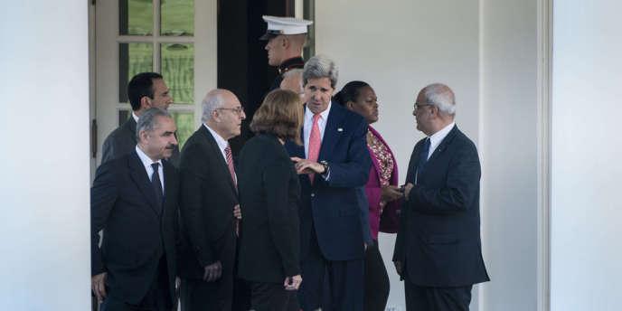 Le secrétaire d'Etat américain, John Kerry (au centre), le représentant palestinien, Saeb Erekat (à droite), et la ministre de la justice israélienne, Tzipi Livni (de dos), réunis à Washington le 30 juillet, à l'occasion d'une discussion sur les négociations de paix.