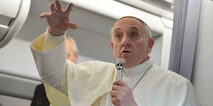 Le pape François à bord d'un avion, lundi 29 juillet : ce saint-père positif en perpétuel mouvement force l'admiration des communicants.