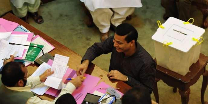 Un grand électeur, ici à l'Assemblée de l'Etat du Sind, participe, le 30 juillet, à l'élection du nouveau président du Pakistan.