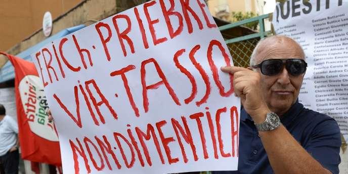 Manifestation devant le domicile de Priebke, lundi 29 juillet.