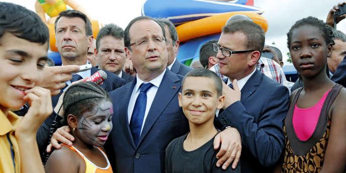 François Hollande avec les habitants de Clichy-sous-Bois (Seine-Saint-Denis), le 31 juillet.