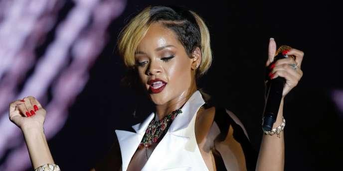 Au sommet de l'échelle sociale en ligne qui se soupèse en nombre de suiveurs engrangés, le trio de tête est composé de Justin Bieber (21,4 millions), Kim Kardashian (18,7 millions), Rihanna (1,3 million).