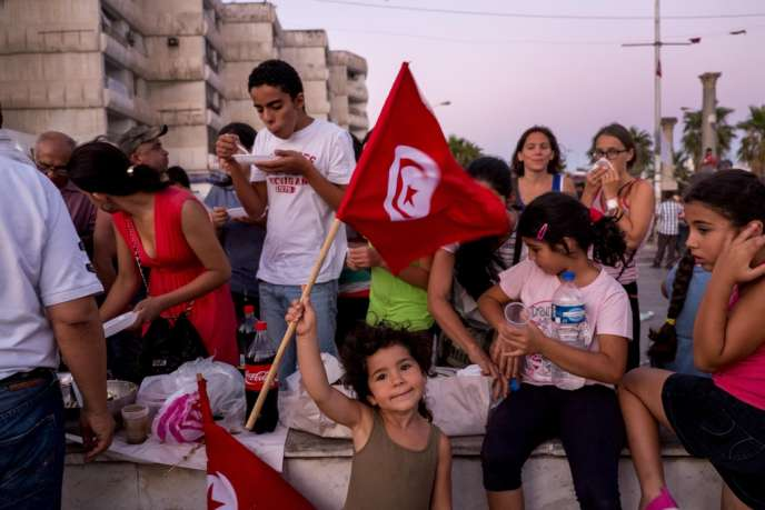 A Tunis, le 31 juillet 2013. Rupture de jeûne sur la place du Bardo.
