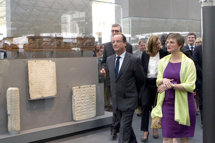 Sophie Makariou accompagne le président François Hollande lors de l'inauguration du nouveau département des arts de l'islam au Louvre, en septembre 2012.