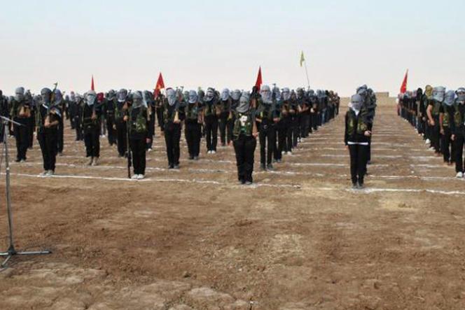 Des combattants kurdes du PYD, à Kamechliyé, dans le nord-est de la Syrie, lors d'une cérémonie militaire, en juillet 2013.
