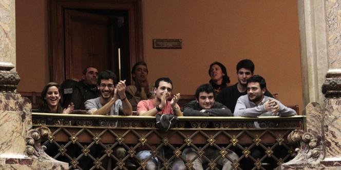 Les résultats du vote (50 voix pour sur 96 après 14 heures de débats) ont été accueillis par les applaudissements d'une centaine de partisans du texte, présents à l'assemblée.