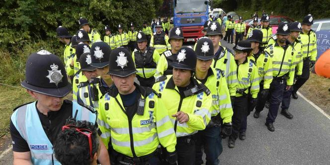 Les policiers escortent un camion livrant du matériel pour le site de forage de la société Cuadrilla, qui veut exploiter du gaz de schiste à Balcombe, dans le sur de l'Angleterre.