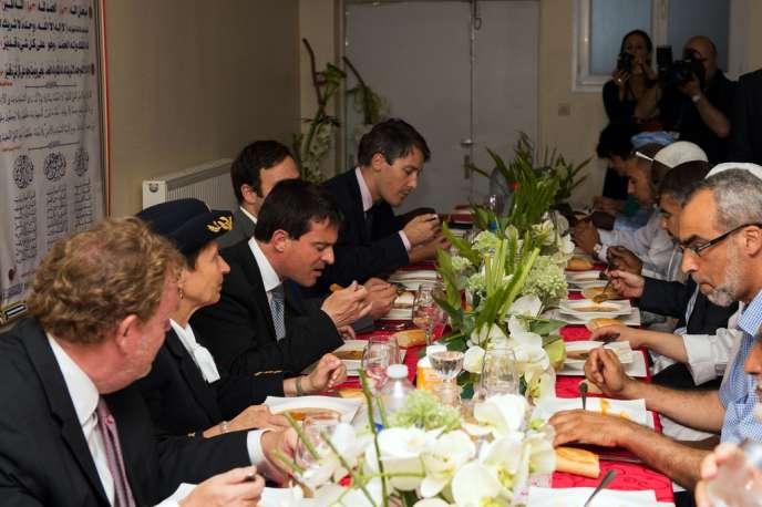 Manuel Valls a participé à une rupture du jeûne en compagnie de fidèles musulmans en Seine-et-Marne.