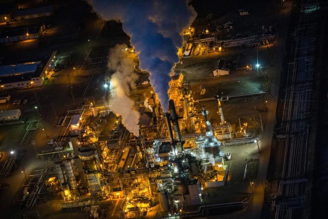 Une raffinerie à Bismarck, capitale de l'Etat du Dakota du Nord. En un an , hors éléments exceptionnels, les profits des poids lourds du secteur ont marqué un net repli.