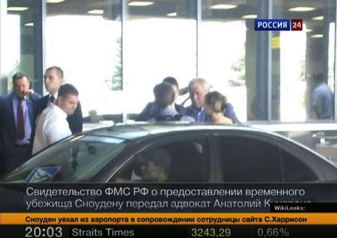 Image de la chaîne de télévision Russia24 montrant Edward Snowden (de dos au centre) discuter avec son avocat à l'aéroport de Moscou, jeudi 1er août.