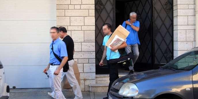 Les enquêteurs ont fouillé l'appartement de Maria et Allison Benitez, dans un quartier populaire de Perpignan, en quête d'indices, jeudi 1 août.