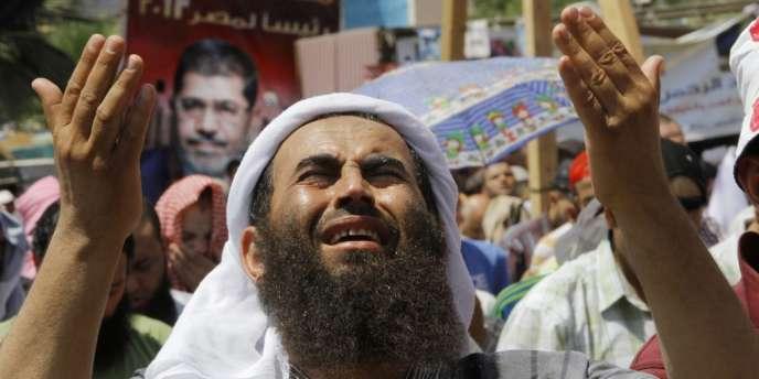 Un partisan de Mohamed Morsi, vendredi 2 août au Caire.