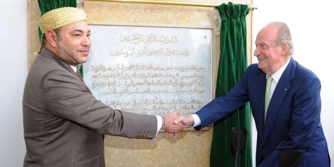 Mohammed VI (à gauche) a annoncé avoir procédé à la libération de prisonniers