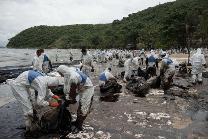 Opération de nettoyage par l'armée et des volontaires sur la plage d'Ao Phrao, le 31 juillet.