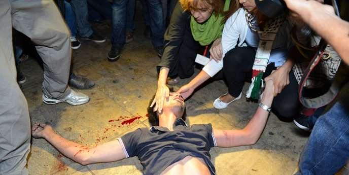 La police marocaine s'en est pris violemment aux protestataires pour les empêcher de se rassembler devant le Parlement, vendredi 2 août.
