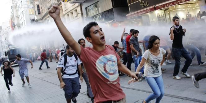 Des manifestants dispersés par les canons à eau de la police, le 3 août à Istanbul.