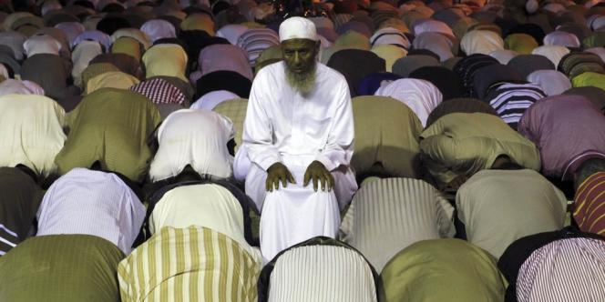 Membres des Frères musulmans et partisans de Mohamed Morsi en prière, vendredi 2 août.