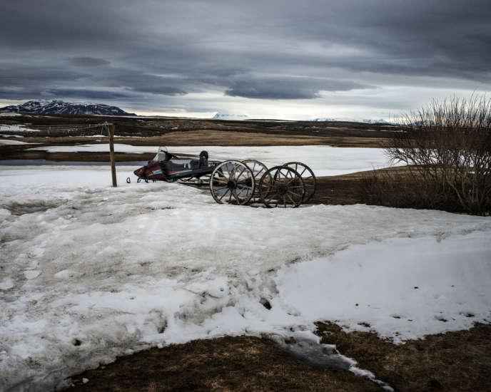 A Grimsstadir au nord de l'Islande, le long de la route 864, deux familles proposent des chambres d'hôte. L'une souhaite vendre son terrain à un milliardaire chinois pour qu'il y implante un hôtel de luxe, l'autre refuse.