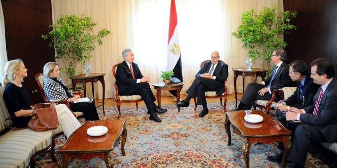 Le secrétaire d'Etat adjoint William Burns rencontre le vice-président égyptien Mohamed ElBaradei au Caire, le 3 août.