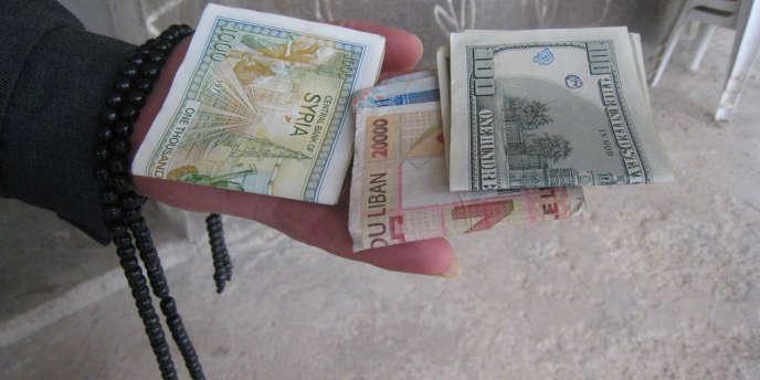 Les autorités syriennes ont interdit l'utilisation de toute devise étrangère, et notamment du dollar, alors que cette monnaie est, en pleine guerre, utilisé dans tous les secteurs.