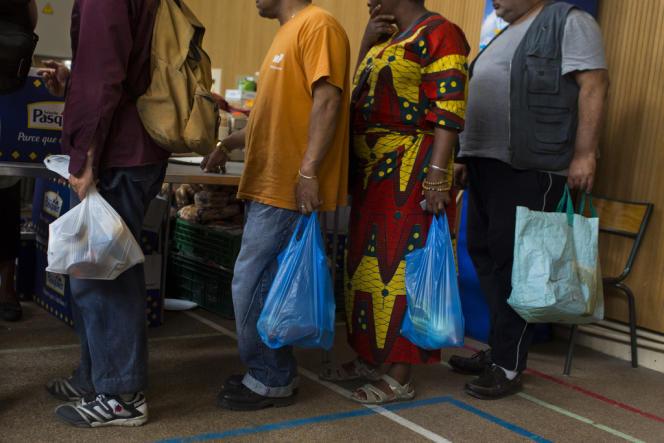 Distribution alimentaire dans un gymnase du 15e arrondissement de Paris, par l'association Aout Secours Alimentaire.